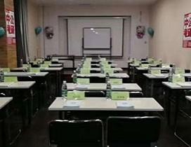 宽敞整齐的教室